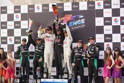Race winnaars Stef Dusseldorp, Frederic Makowiecki en Philippe Dumas, team manager, 2de Mathias Laud