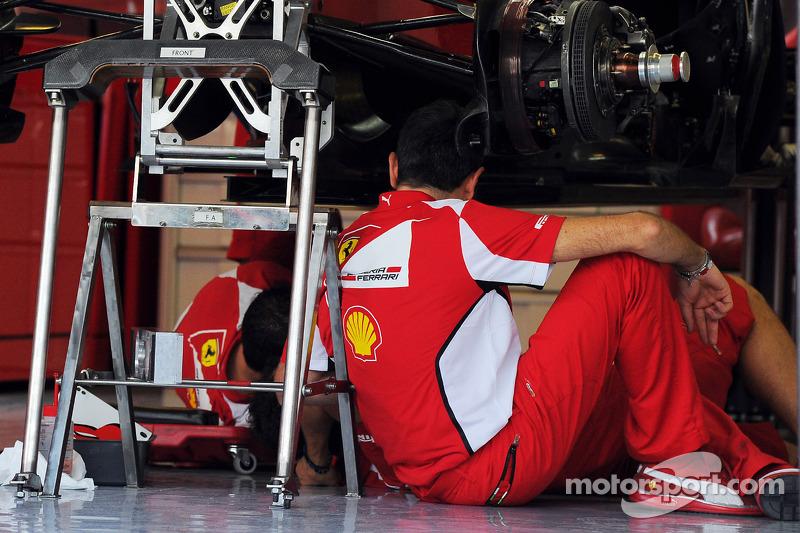 В четверг Ferrari нарушила правило комендантского часа: команда привезла в Эмираты большой пакет обновлений машины, затронувший переднее крыло и дефлекторы. Установка новых деталей потребовала времени