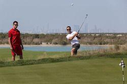 James Courtney en Dean Fiorespelen golf in de Yas country club