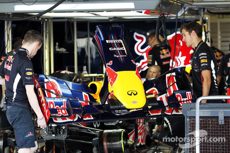 Субботний день начался для Red Bull с проблем. Из-за неполадок в тормозной системе Феттель просидел в боксах 55 минут, успев выехать на трассу лишь в самом конце финальной тренировки