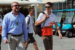 Paul di Resta, del Sahara Force India F1 con el Agente de Pilotos Richard Goddard