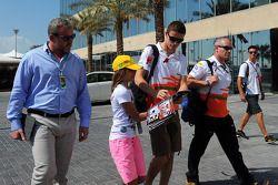 Paul di Resta, del Sahara Force India F1 con Richard Goddard, agente del piloto, y Gerry Convy, entr