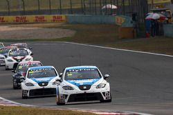 Pepe Oriola, SEAT Leon WTCC, Tuenti Racing Team en Fernando Monje, SEAT Leon WTCC, SUNRED Engineerin