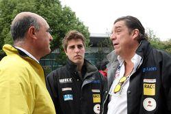 (vlnr) Jaime Puig, SEAT Sport director, Pepe Oriola, SEAT Leon WTCC, Tuenti Racing Team en zijn vade