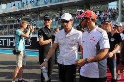 Lewis Hamilton, McLaren y Pedro De La Rosa, HRT Formula 1 Team en el desfile de pilotos