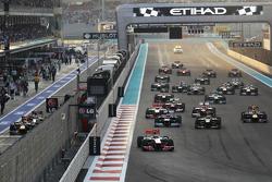 Lewis Hamilton, McLaren lleva al comienzo de la carrera con Sebastian Vettel, Red Bull Racing y Pedr