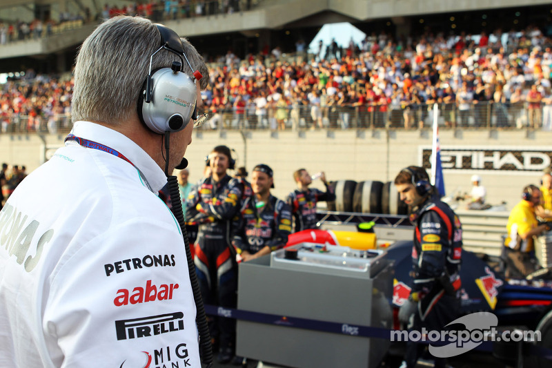 Ross Brawn, director del equipo Mercedes AMG F1 mira el Red Bull Racing de mapa