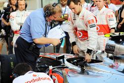 Jo Bauer, FIA, mira el McLaren de Lewis Hamilton, McLaren