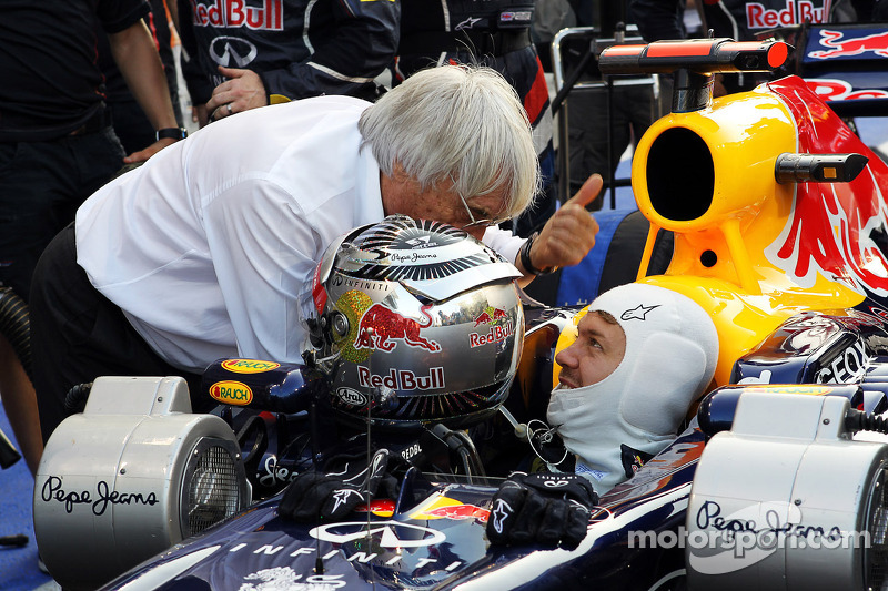 Sebastian Vettel, Red Bull Racing start vanuit de pitlane, praat met Bernie Ecclestone, CEO Formula One Group (FOM)