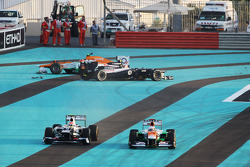 Paul di Resta, Sahara Force India and Sergio Perez, Sauber run wide at the start of the race as Bruno Senna, Williams and Nico Hulkenberg, Sahara Force India F1 crash