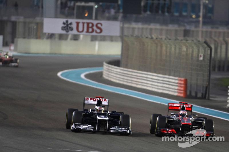 Для машины Мальдонадо столкновение с Уэббером тоже не прошло бесследно. Дженсон Баттон смог быстро приблизиться к Williams и выйти на третье место