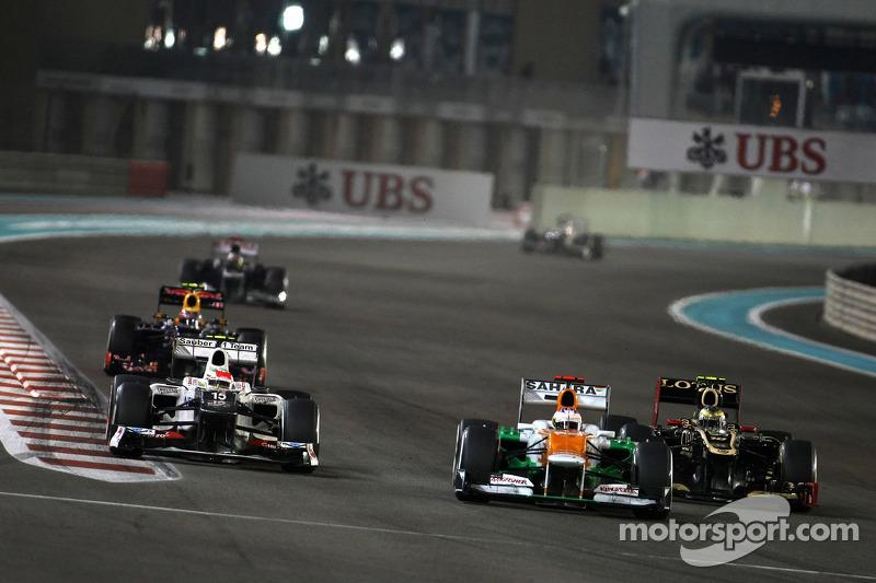 Тем временем в центре внимания оказались гонщики из середины пелотона. Пол ди Реста из Force India и Серхио Перес из Sauber столь упорно сражались за позицию, что мексиканец не смог избежать контакта с Грожаном…