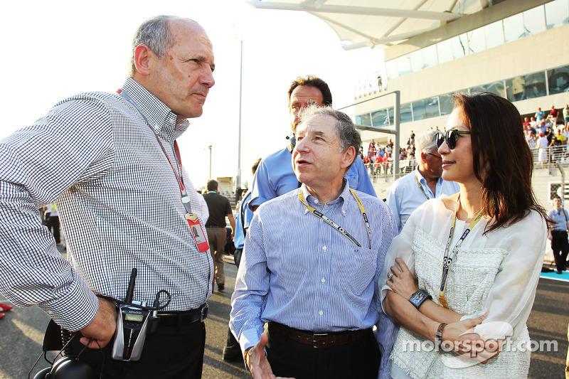 Jean Todt, FIA President en Michelle Yeoh, met Ron Dennis, McLaren Executive Chairman op de grid