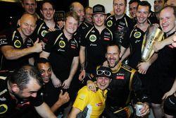 Ganador de la carrera Kimi Raikkonen, Lotus F1 Team celebra con el equipo
