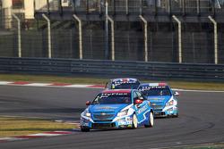 Alain Menu, Chevrolet Cruze 1.6T, Chevrolet leads Yvan Muller, Chevrolet Cruze 1.6T, Chevrolet and R