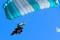DeltaWing rijders Gunnar Jeannette en Lucas Ordonez doen aan skydiving