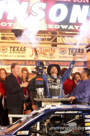 Victory lane: race winner Jimmie Johnson, Hendrick Motorsports Chevrolet