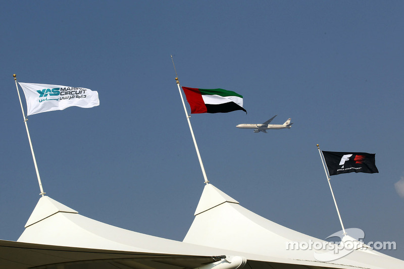 Etihad vliegtuig vliegt langs vlaggen tribune