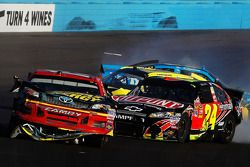 Clint Bowyer, Michael Waltrip Racing Toyota y Jeff Gordon, Hendrick Motorsports Chevrolet involucrad