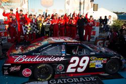 Victory lane: winnaar Kevin Harvick, Richard Childress Racing Chevrolet