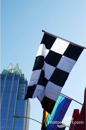 Geblokte vlag en spandoeken in Austin