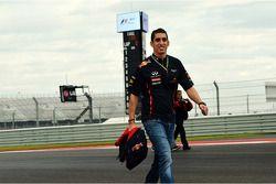 Sebastien Buemi, Red Bull Racing en Scuderia Toro Rosso Reserve Driver wandelt op circuit