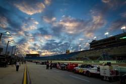 Los autos se alinean para la calificación, bajo un cielo espectacular