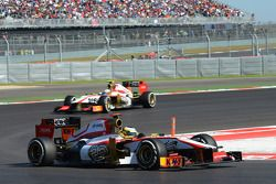 Pedro De La Rosa, HRT Formula 1 Team voor ploegmaat Narain Karthikeyan, HRT Formula One Team HRT