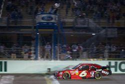 Ricky Stenhouse Jr., Roush Fenway Ford aan de finish, wint het 2012 NASCAR Nationwide Series kampioe