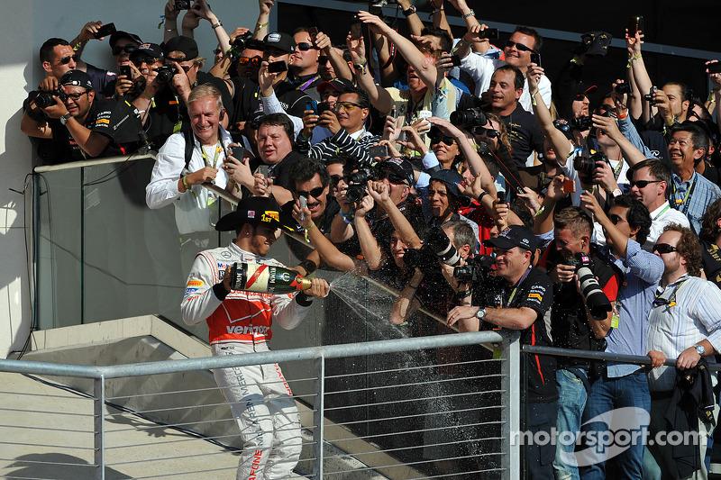 Podium: le vainqueur Lewis Hamilton, McLaren Mercedes
