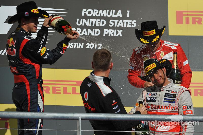 Podium: le vainqueur Lewis Hamilton, McLaren Mercedes, deuxième place Sebastian Vettel, Red Bull Racing, troisième place Fernando Alonso, Ferrari