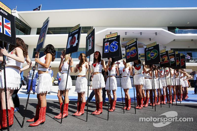 Gridgirls tijdens de rijdersparade