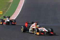 Pedro De La Rosa, HRT Formula 1 Team F112 voor ploegmaat Narain Karthikeyan, HRT Formula One Team HR