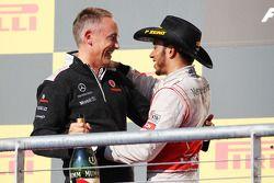 Race winnaar Lewis Hamilton, McLaren op het podium met Martin Whitmarsh, McLaren Chief Executive Off
