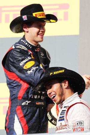 Race winnaar Lewis Hamilton, McLaren op het podium met Sebastian Vettel, Red Bull Racing