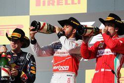 Het podium: Sebastian Vettel Red Bull Racing, tweede; Lewis Hamilton, McLaren, winnaar; Fernando Alo