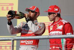 Winnaar Lewis Hamilton, McLaren met Fernando Alonso, Ferrari op het podium