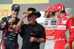 Het podium: Sebastian Vettel, Red Bull Racing, tweede; Mario Andretti, Lewis Hamilton, McLaren, winn