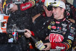 Victory lane: winnaar Jeff Gordon, Hendrick Motorsports Chevrolet