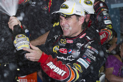 Victory lane: ganador de la carrera Jeff Gordon, Hendrick Motorsports Chevrolet celebra