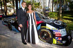 NASCAR Camping World Truck Series kampioen James Buescher, Turner Motorsports Chevrolet met vrouw