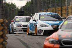 Pepe Oriola, SEAT Leon WTCC, Tuenti Racing Team en Mehdi Bennani, BMW 320 TC, Proteam Racing