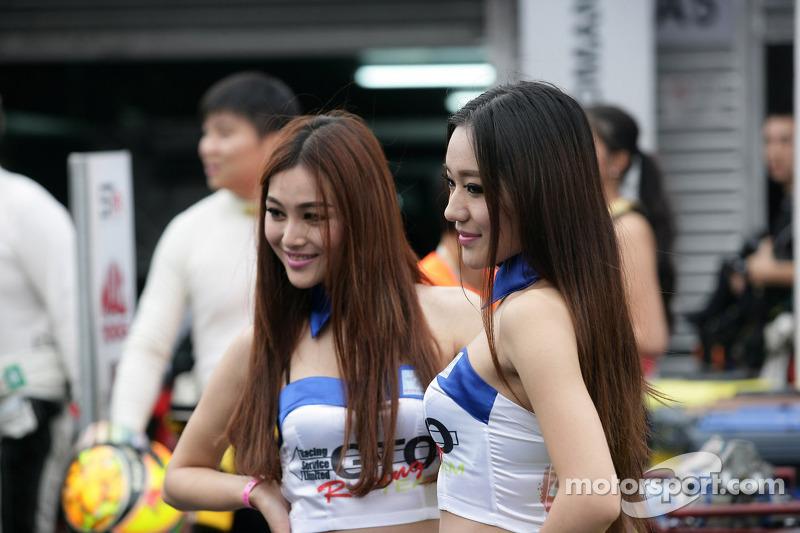 Meisjes in de paddock
