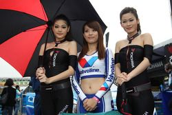 Una chica de la parrilla con las chicas Yokohama