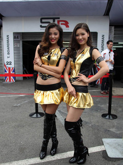 Jeunes femmes dans le paddock