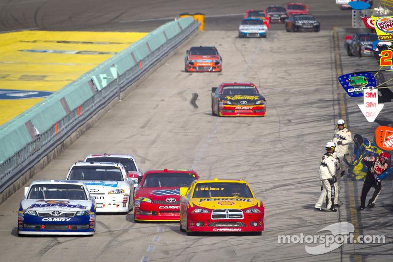 Sam Hornish Jr., Penske Racing Dodge en Mark Martin, Michael Waltrip Racing Toyota in pitlane