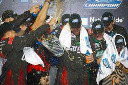Victory lane: 2012 NASCAR Nationwide Series kampioen Roush Fenway Ford team viert feest