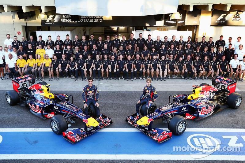 Mark Webber, Red Bull Racing y su compañero de equipo Sebastian Vettel, Red Bull Racing en una fotografía del equipo