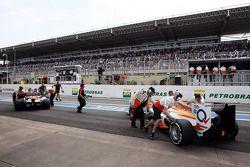 Paul di Resta, Sahara Force India en Nico Hulkenberg, Sahara Force India F1 in de pits