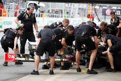 Romain Grosjean, Lotus F1 laat voorvleugel vervangen